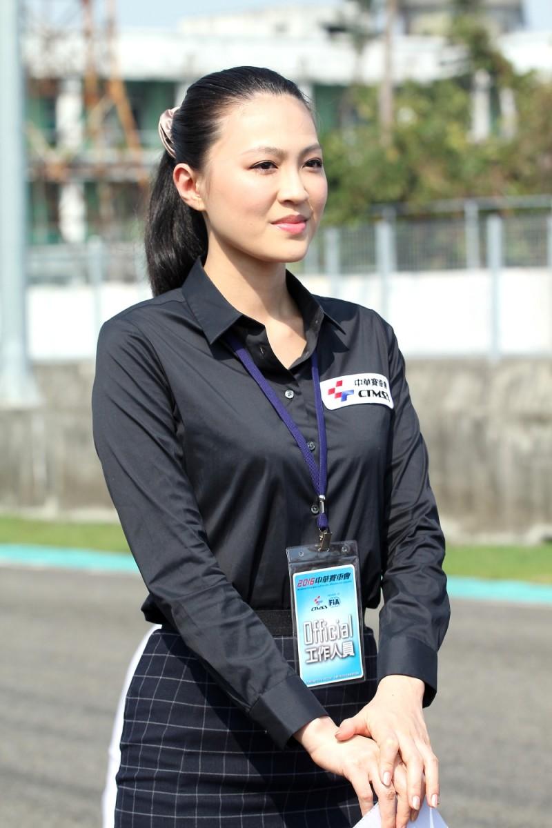 中華賽車協會工作人員在大太陽底下負責倒數舉牌工作
