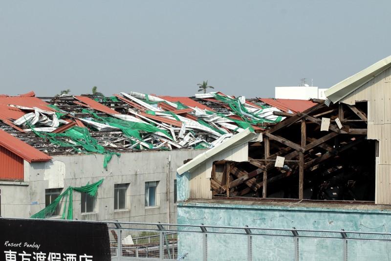 主看台對面的舊營區建築受颱風影響損壞程度相當嚴重