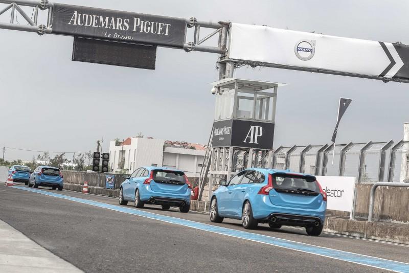 車隊行進方式由車手駕駛Safety Car於前方帶領。