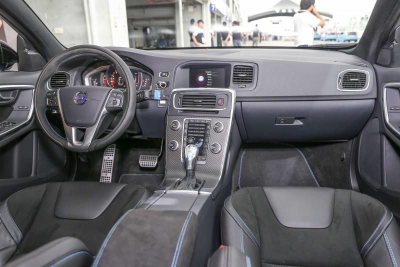 座艙內適度的性能點綴,提升了駕馭樂趣,卻沒因此失了駕馭舒適性。