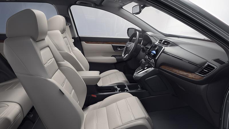 兩種皮革選擇以及帶點復古氛圍的座椅設計,讓車室質感有效提升。