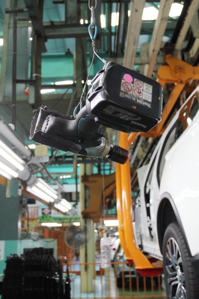 電動起子因為遠方的配重加上鋼索滑輪能夠懸掛在任意高度,這也是員工自主創意