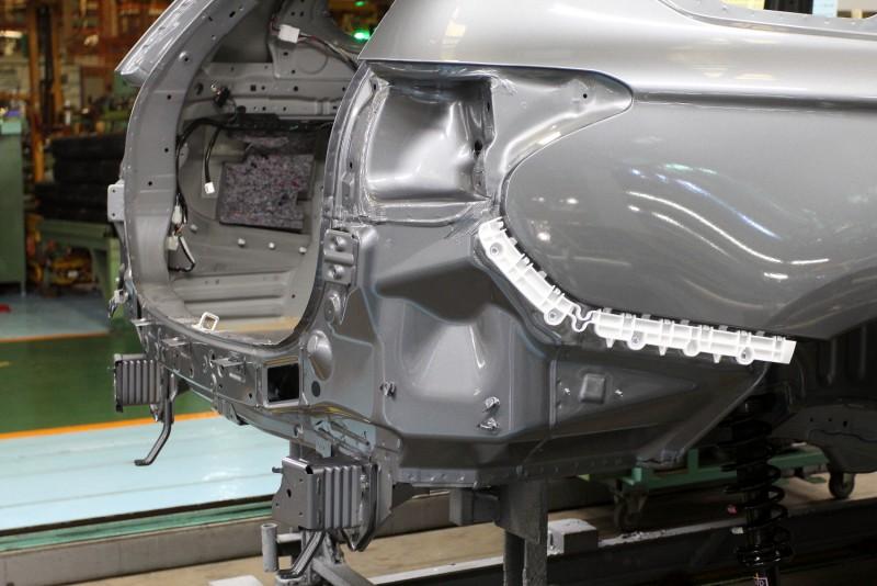 車尾保桿有內鐵與緩衝潰縮區