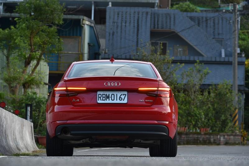 Audi A4 30 TFSI的流動式方向燈擁有極佳辨識度
