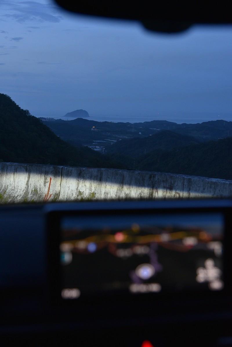 天色漸暗華燈卻是初上,遠方海面還有船隻作業燈光