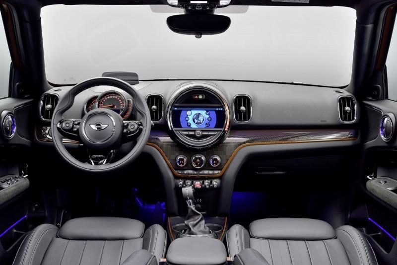座艙內雖然適度保留了經典元素,但整體氛圍仍更趨前衛與科技。