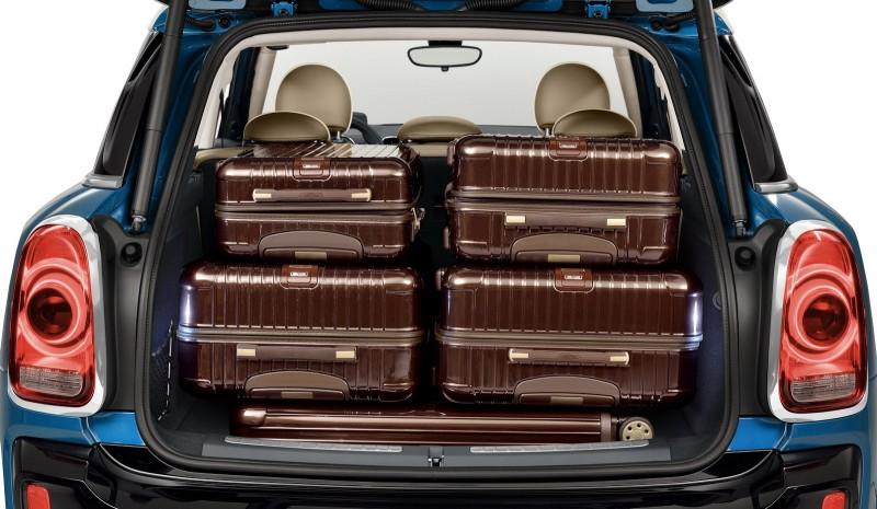藉由五只Rimowa的旅行箱擺放,展現後廂容積優勢。