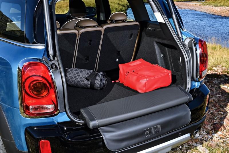 提供特別的選配功能,可將坐墊與防護墊從後廂底板翻出。