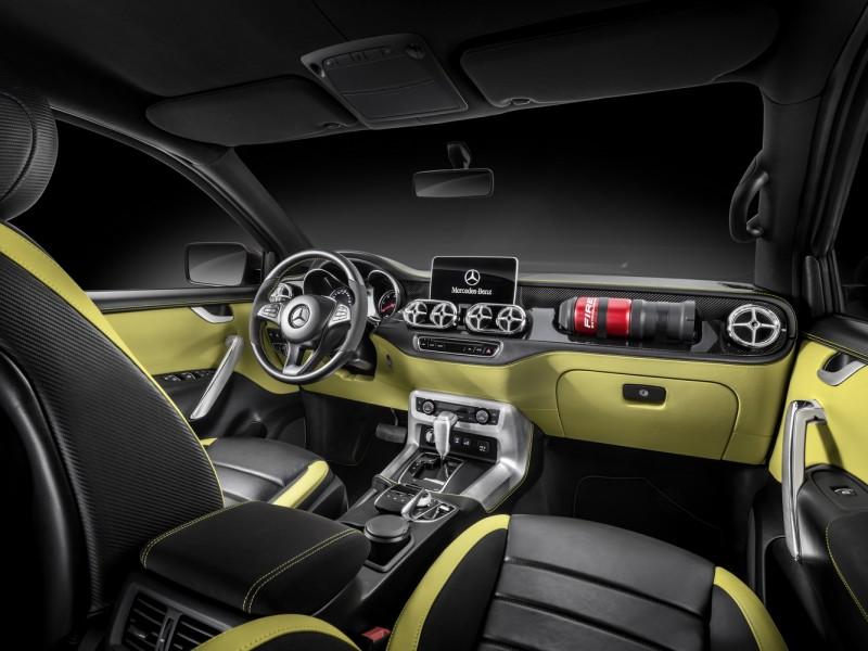 內裝以碳纖維飾板搭配車身同色皮革以及拋光鋁飾板共同呈現,特別的是副手座前方還加裝一具滅火器