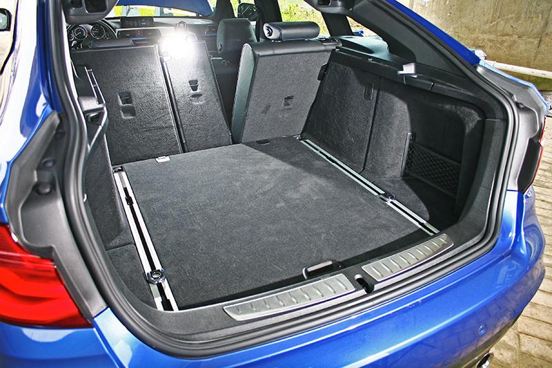 由Fastback構形而來的掀背式尾門顯而易見的好處除了造型動感,再來便屬寬大好拿的行李廂機能性。
