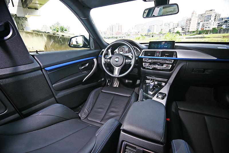 搭配M Sport跑車化套件,讓駕駛座的熱血氛圍十足濃烈。