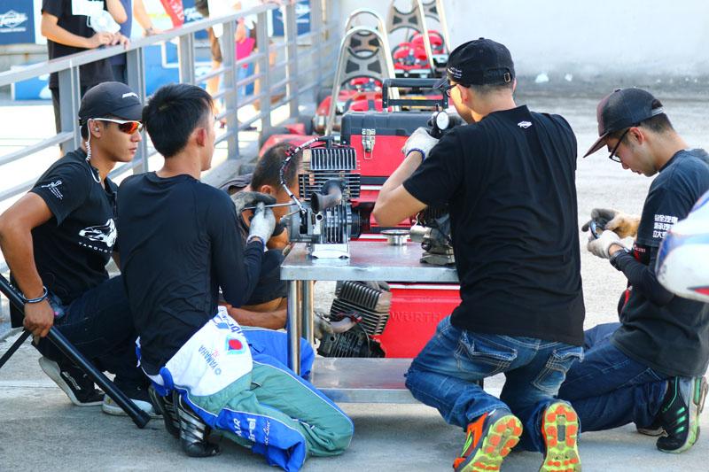 賽後驗車是維持賽事公平的關鍵,驗車官陳詩逢正仔細檢查前三名車手的引擎,確認點火正時合乎規則書要求。