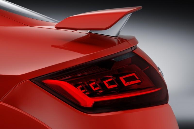 TT RS的Matrix OLED尾燈中,四片 OLED不在同一平面呈現立體矩陣,因此擁有大角度辨識功能