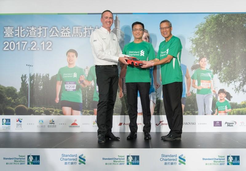 台灣奧迪銷售處長 Edward Butler 致贈奧迪模型車給予渣打銀行陳銘僑總經理、路跑協會曹爾忠理事長,象徵共同打造優質的「2017臺北渣打公益馬拉松」。