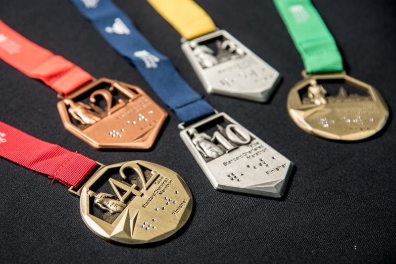 「2017臺北渣打公益馬拉松」展示全台首枚水晶點字完賽獎牌,突顯賽事對視障關懷的用心,也為跑者創造別具紀念價值的賽事回憶。