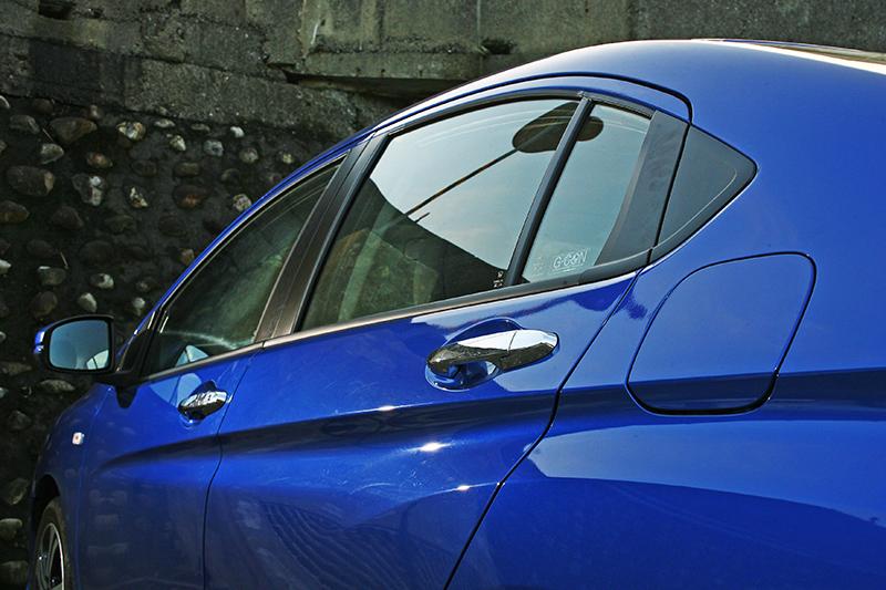 新世代CITY有著日系車少有的深刻腰肩線條,讓車側造型更為立體有型,也增添運動氣息。