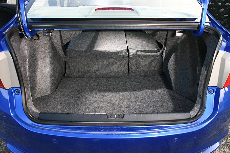 行李廂具備485L大容積,而且還附有4/6分離椅背傾倒功能。