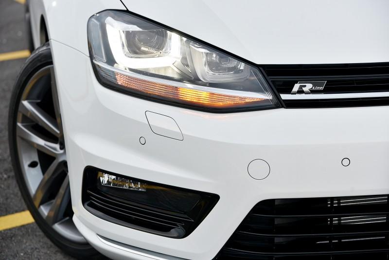 車頭保桿造型以及水箱罩上的鍍鉻飾條讓Golf 280 TSI R-Line與Golf R看來十分相似