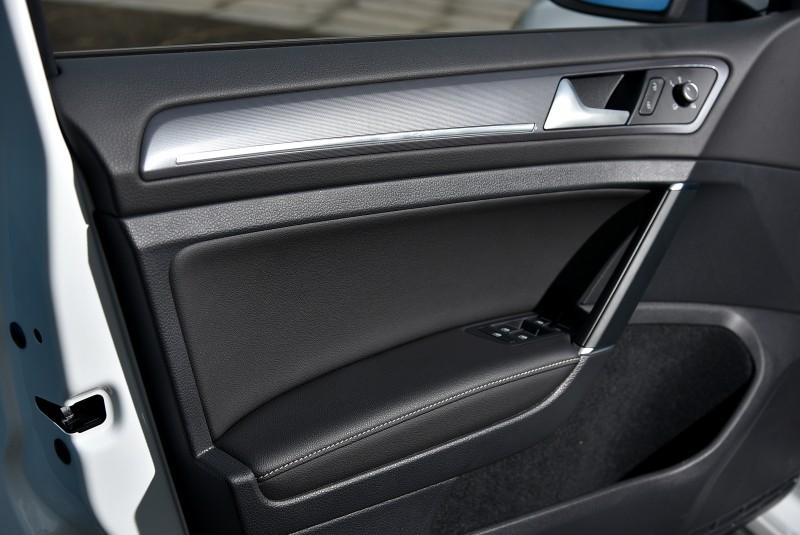 內門板採用五種以上材質組合而成,車內精緻度與質感由此可見