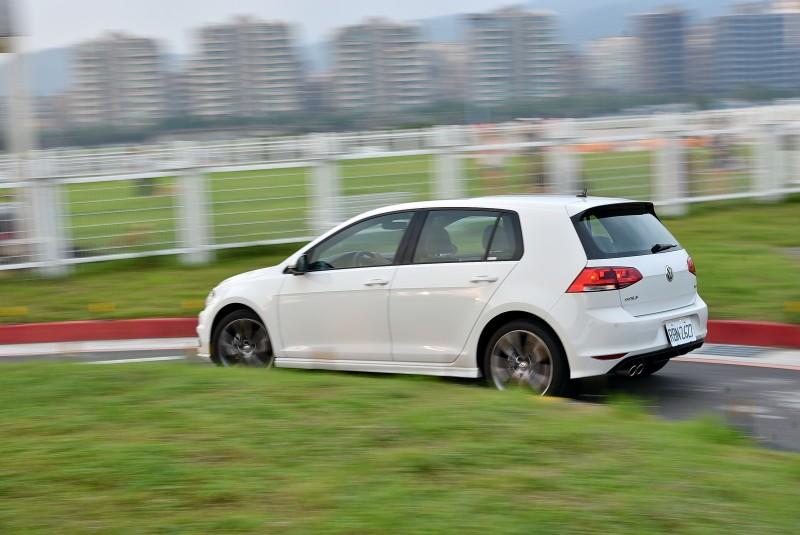 獨立多連桿後軸搭配R-Line運動化懸吊,Golf 280 TSI R-Line動力與操控均衡的剛剛好