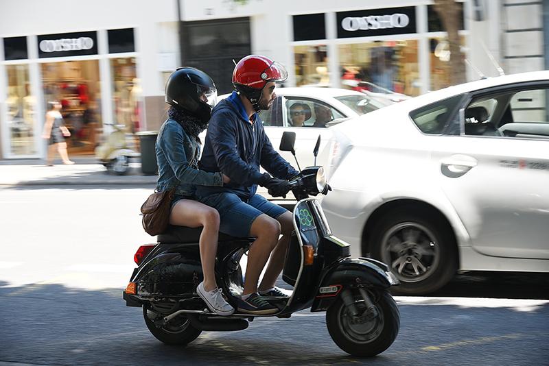 騎機車已是肉包鐵,三寶們開車門時難道就不能多點注意?