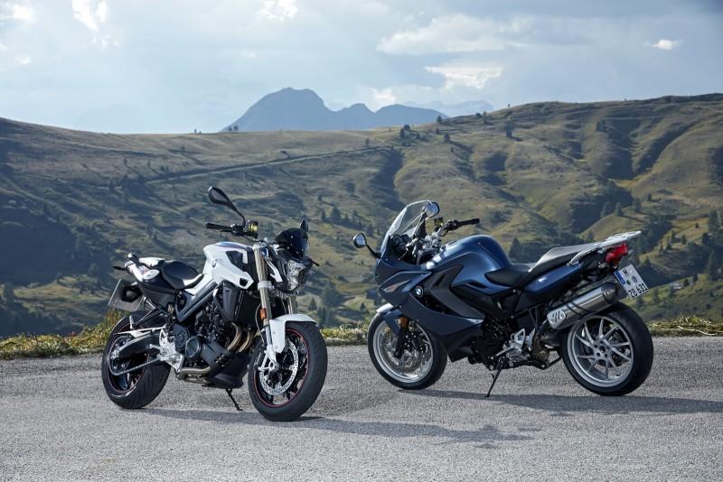 BMW Motorrad針對旗下中量級代表F800R與F800GT推出2017式車型,針對造型細節與車色重新調整。