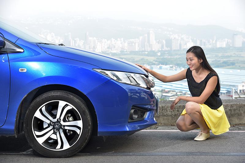 女生確實對於顏色特別敏感,像是Jasmine就對這輛Honda CITY的寶藍色車身特別感興趣。