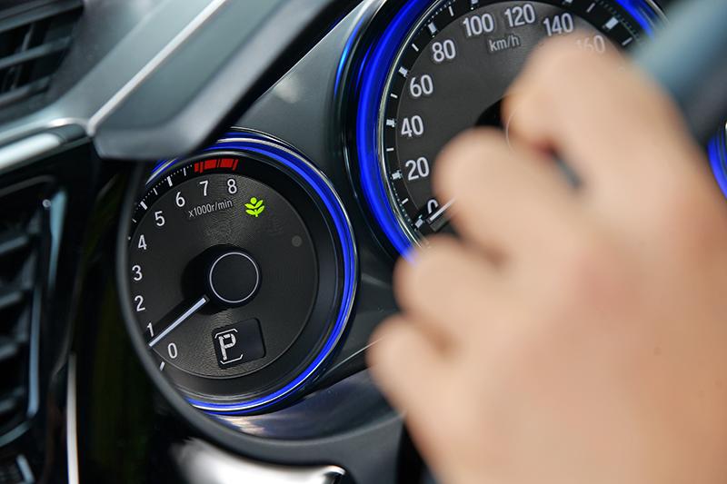 ECON按鈕可以輔助駕駛人用更節能的方式開車,避免激烈駕馭動作造成不必要的汽油消耗。