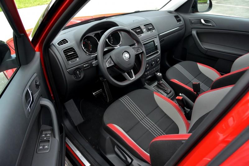 車內以Monte Carlo跑車三色布紋座椅搭配真皮與紅色縫線為主要設計