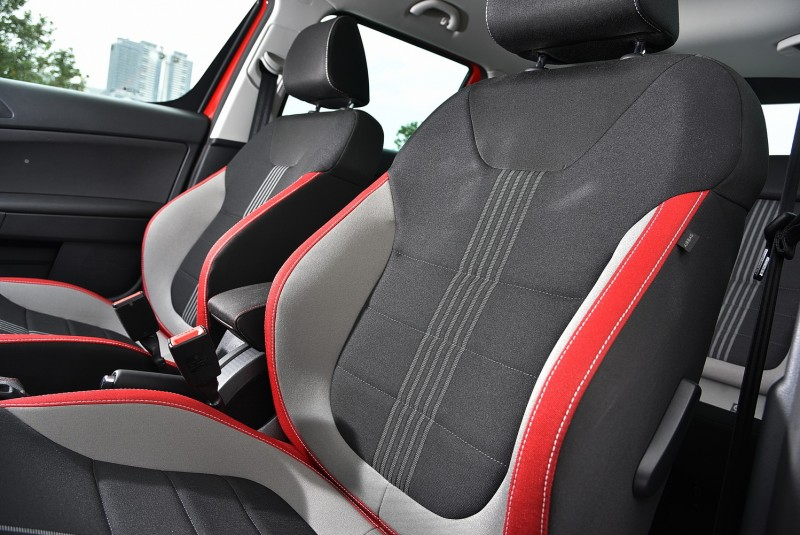 三色布紋讓跑車座椅視覺更立體,包覆性更好