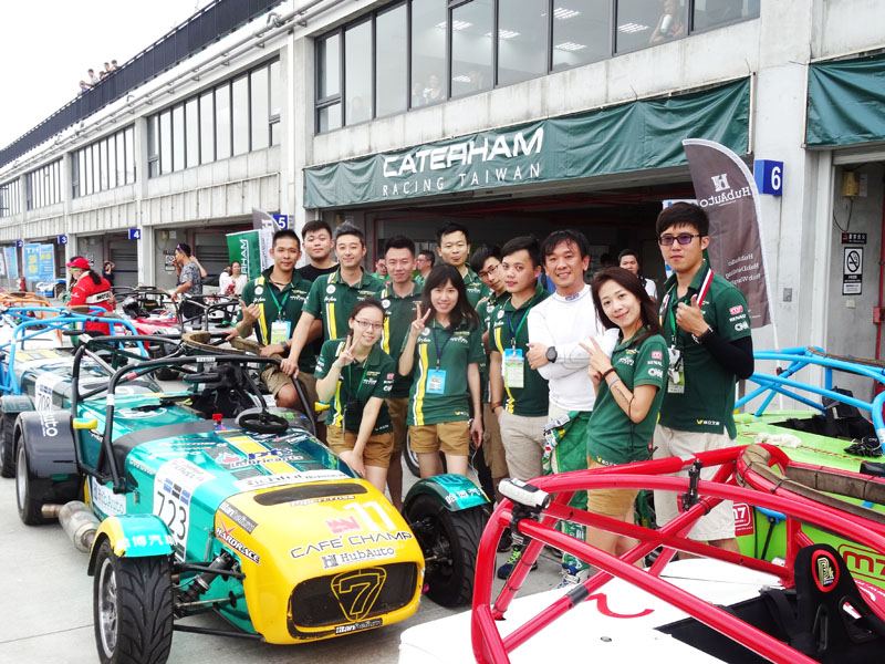 2015年正式開跑的Caterham R300統一規格賽整體運作已具國際水準,幕後團隊的努力功不可沒,其中卡特漢姆公司董事長羅達仁先生〈白衣者〉是最重要的推手,對於賽車的熱愛與投入十分值得台灣其他車商高層借鏡。