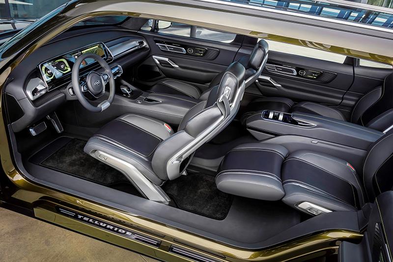 Telluride的車門採對開式設計,寬敞座艙允許中排座椅能如同頭等艙般躺臥,除了第三排外,所有座椅椅背都設有智能感知器能偵測乘員的身體狀況。