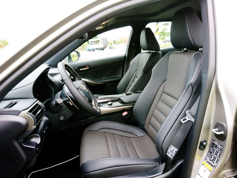 F SPORT車型跑車化座椅。