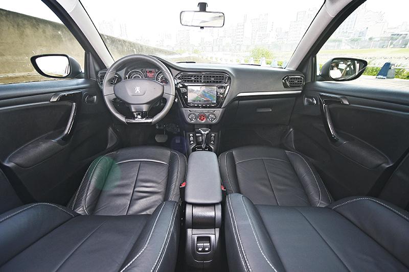 比起外觀,車室設計確實較為單調,但質感卻不能算是不好。