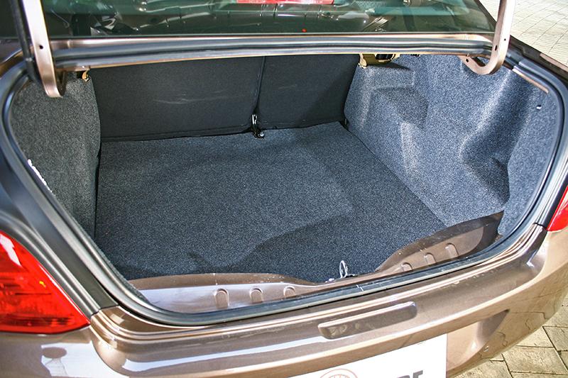 行李廂算得上平整,而且容積也十足開闊充裕。