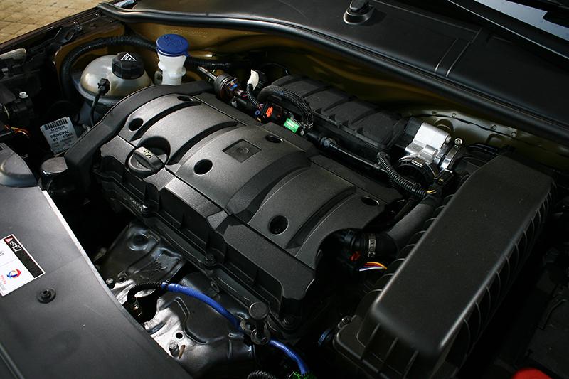 1.6升直四引擎可輸出115ps最大馬力,倒也不過不失。