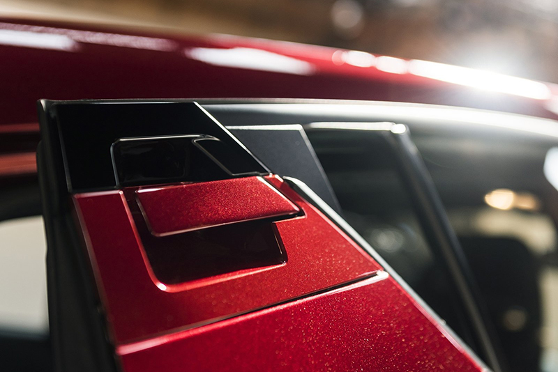 隱藏式後車門把設計在靠近車頂的位置,相當別出心裁。