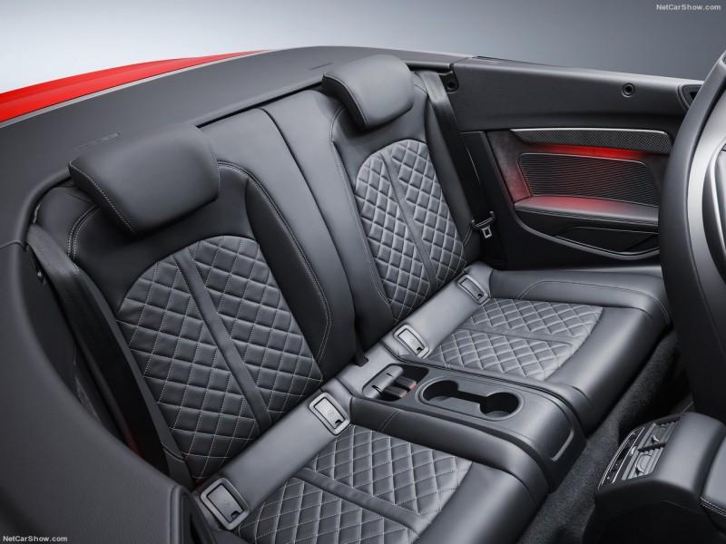 座椅椅面皆採用菱格紋真皮與對比色縫線詮釋質感