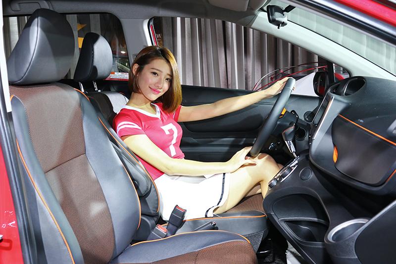 內裝共計兩種配色(全黑與米/黑雙色),並具備橘色邊條修飾的中控台與座椅。