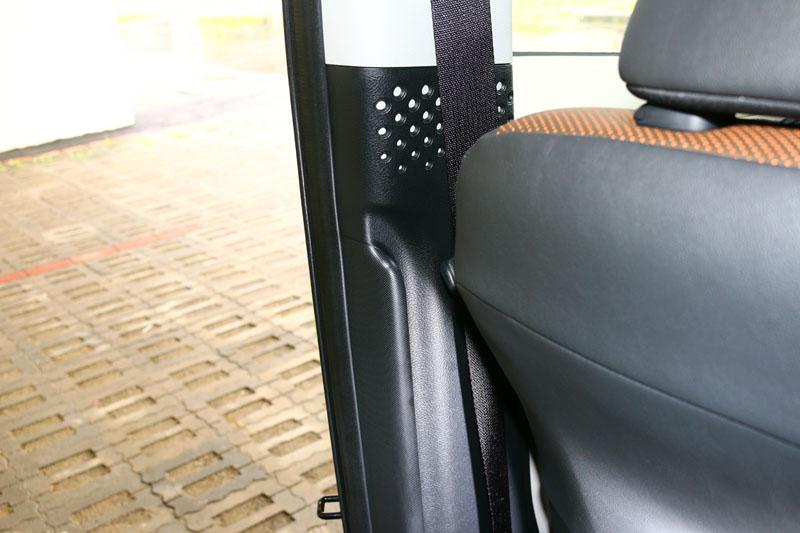 在B柱內側還刻劃有凹槽可以便於乘客上車時抓扶,是十分貼心的小設計。