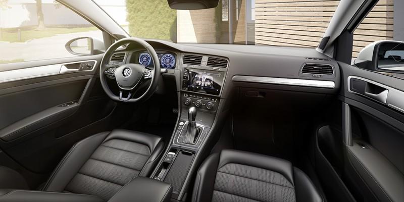 車艙設計比照改款後Golf,全數位化儀表也以藍色為基調
