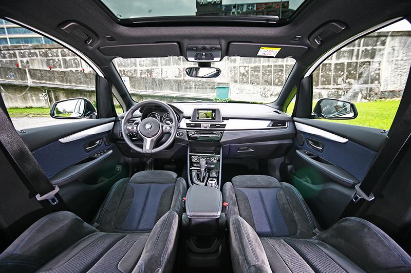 比起1 Series,2 Series Active Tourer的空間以及視野就是開闊明亮許多,同時內裝質感也明顯好上一級。