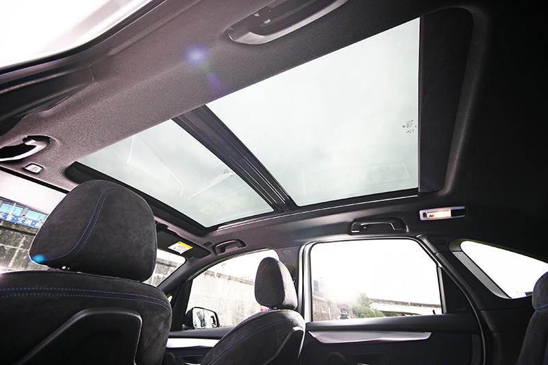 全景式天窗也是讓車內空間感倍增的關鍵之一。