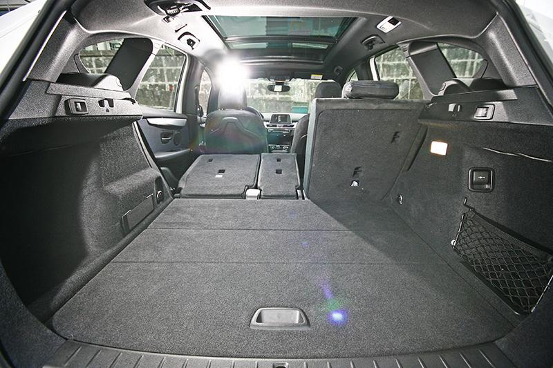 可40/20/40分離傾倒的後座椅背,成就寬敞平整行李廂空間。