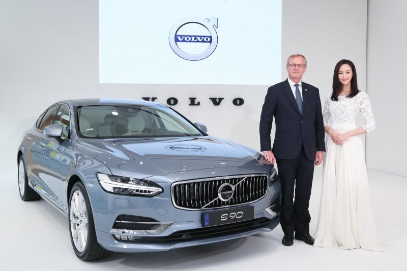 Volvo亞太區副總裁Jari Kohonen與品牌好朋友張鈞甯為 S90 在台上市揭開序幕。