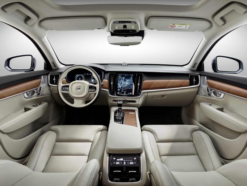 座艙內謹遵完美比例、智慧科技、北歐奢華三大設計語彙,水平式中控設計延伸放大車艙空間的視覺感,簡約質樸的線條充份展現北歐設計精髓。