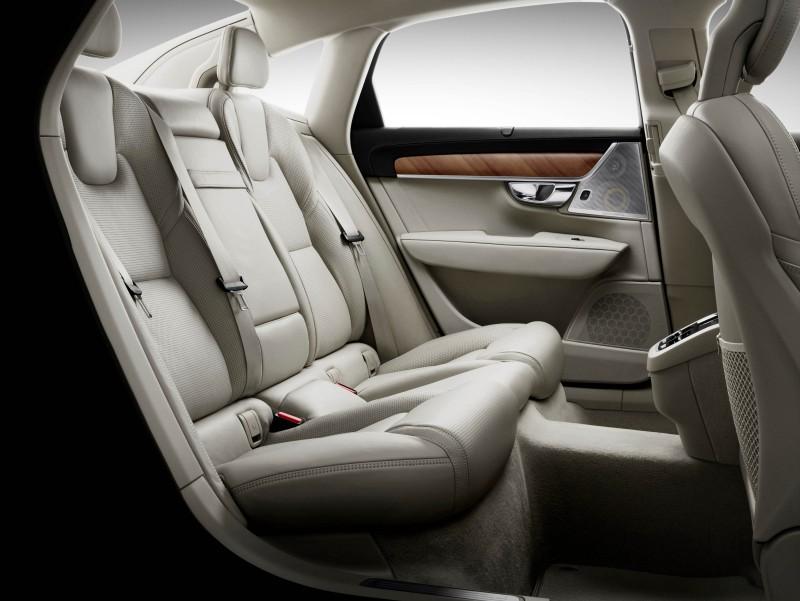 寬敞後座採用與前座相同設計概念,提供絕佳舒適性之餘,更享有尊榮腿部空間。