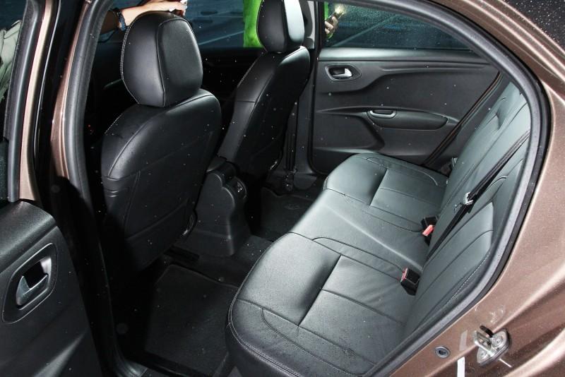 Peugeot 301全車採用黑色皮椅