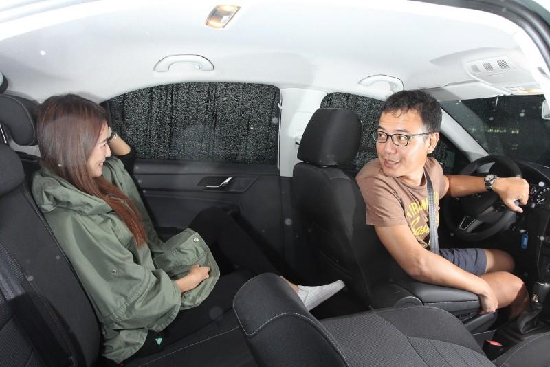 身高160的乘客在後座可看出Rapid優秀的膝部空間