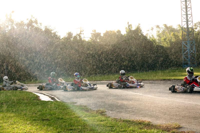 到了賽事後半段,是在綿延細雨中落幕。